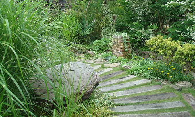 サトヤマの雰囲気そのままに、自然素材を使い、雑草もお庭の一分に。自然の生命力に癒されたい人に。